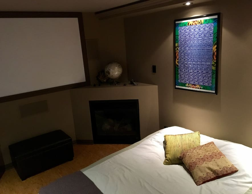 Movie screen, fireplace and Queen futon with Obasan mattress!