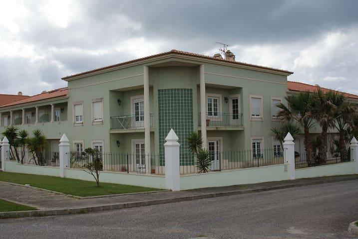 Apartamento com piscina perto da praia e do campo - Lourinhã - Ház