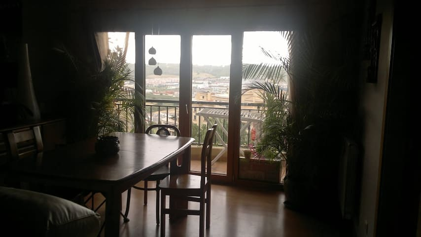 Sala ampla e confortável com varanda