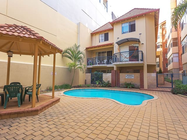 Perth Studio Apartment - City center with a pool