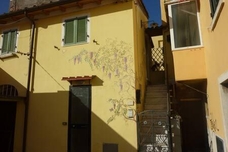 studio, nel centro storico  Carrara - การ์รารา