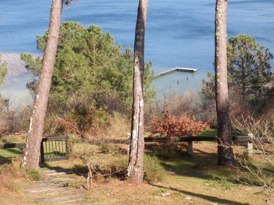 Jardin fermé en surplomb du lac.