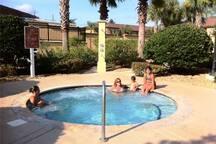 Outdoor hot tub -we found no matter how hot it was, we were in the outdoor one always...weird... Tina caliente al aire libre, nos pareció no importa cómo era caliente, estábamos en el ...