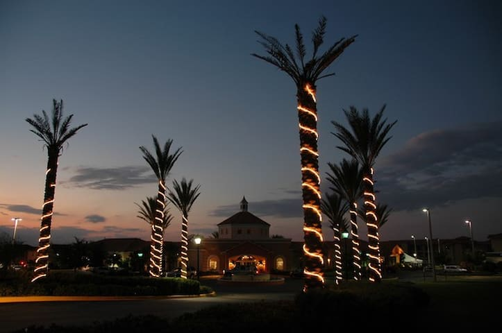 The Luxurious Regal Palms at night-  El lujoso Regal Palms en la noche.