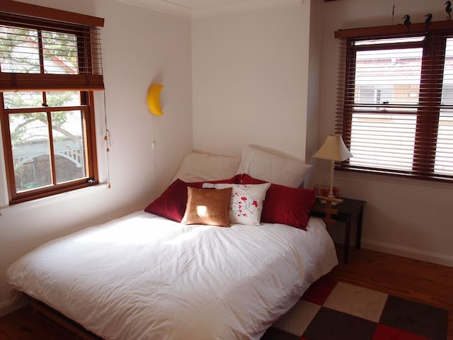 Guest room in lovely home in Sydney - Oatley - Huis