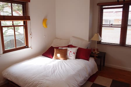 Guest room in lovely home in Sydney - Oatley - House
