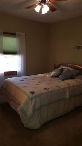 Cozy Queen Bedroom - Janesville