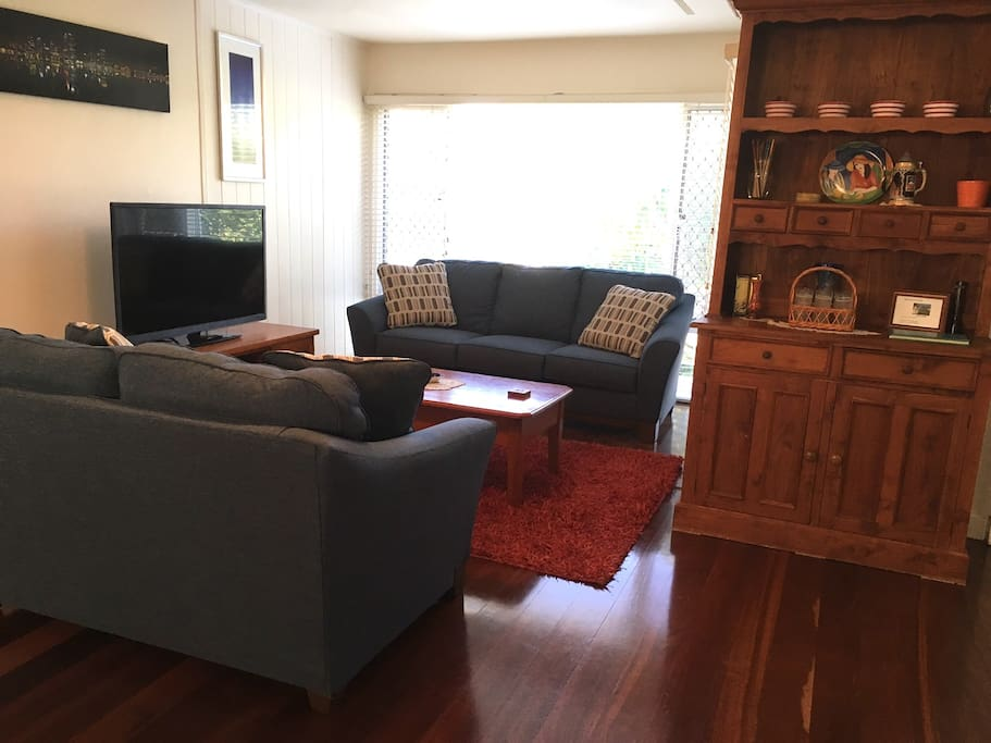 Lounge room with flat screen TV and free Netflix
