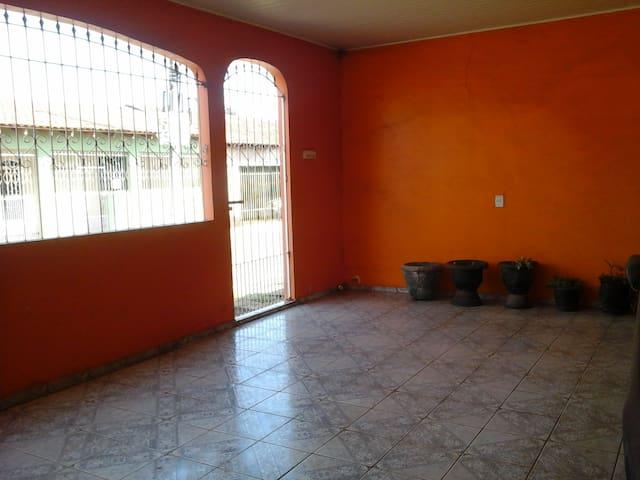 Casa de cor laranja - Várzea Grande - Huis
