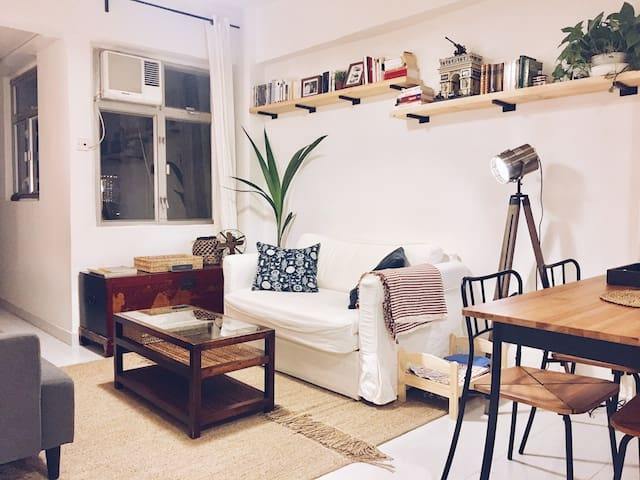 Cozy double room with stunning rooftop (and cat!)