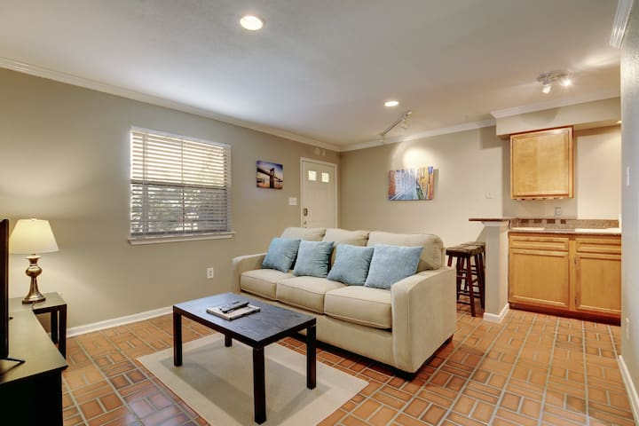 ♥ of Downtown w/free parking! Sleep 4 in 2 beds! ♥