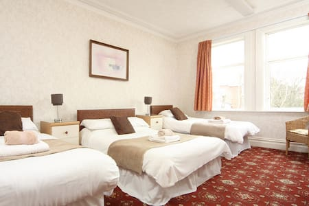 Mayfield GuestHouse.Large,attractive ,family room.