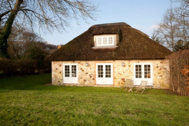 Adorable, romantic thatched cottage