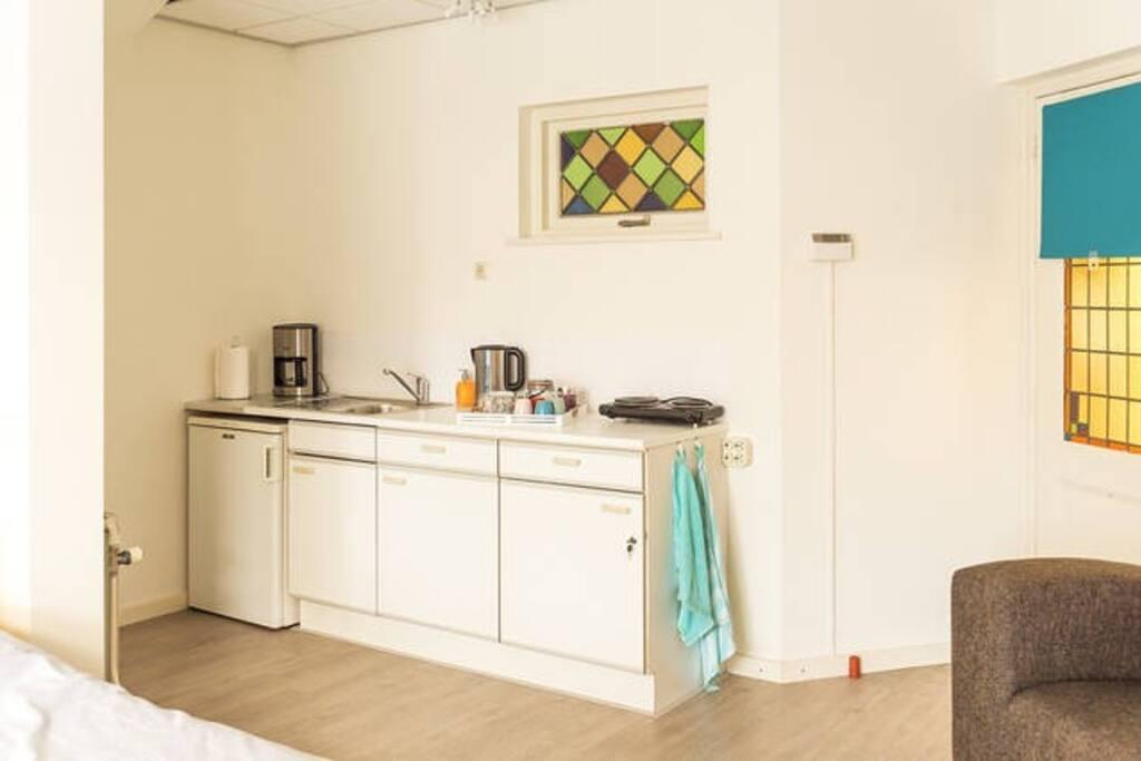 De Zonnebloemkamer heeft een eigen, volledig ingerichte keuken