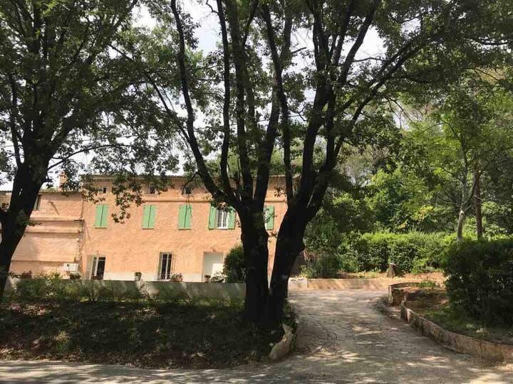 Appartement familial au sein d'un mas provençal