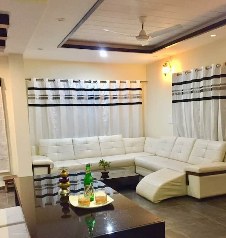 3BR Luxurious cottage kasauli ! Balcony! Staff