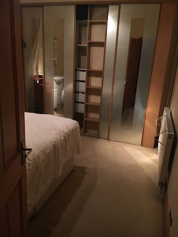 Cosy Double bedroom, shared bathroom, free parking