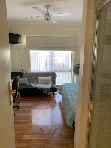 Studio  flat 15 minutes to airport-Ladies Only