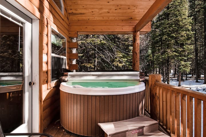 Cozy, waterfront cabin near National Forest w/bridge & hot tub