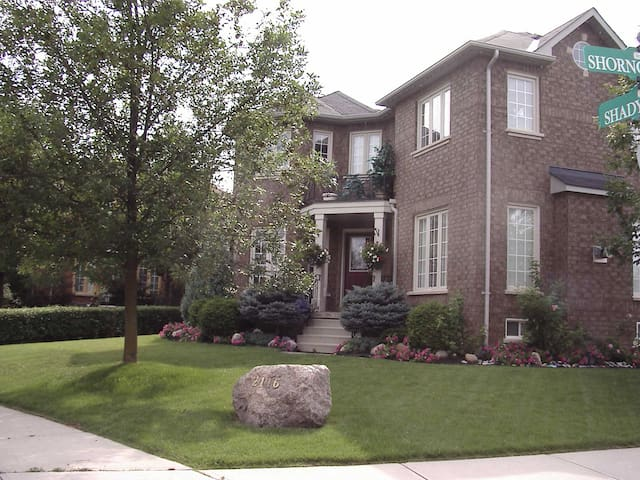 Upper Glen Abbey Private Home bring dogs and kids