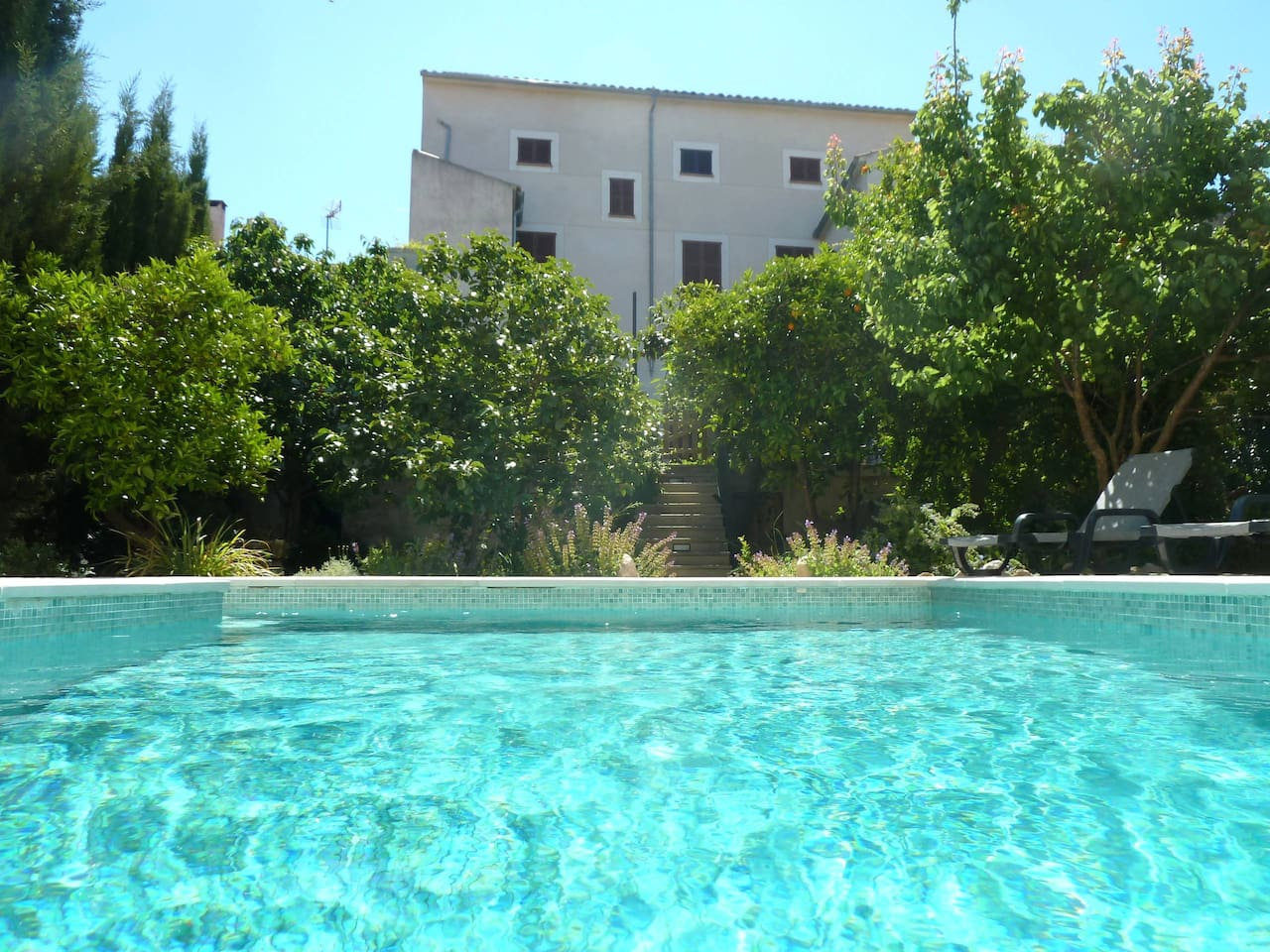 Swimming pool with 4 lounges to rest. Feel the spaciousness, and remember you are in the center of the village.