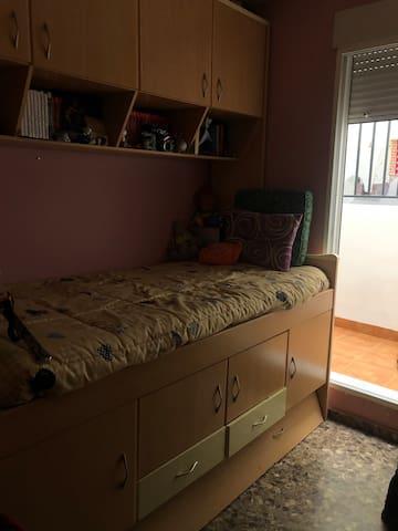 Habitación individual. Luminosa. Cómoda.