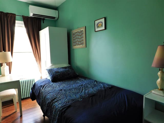 Cozy Single Room | Close to Airport + Downtown