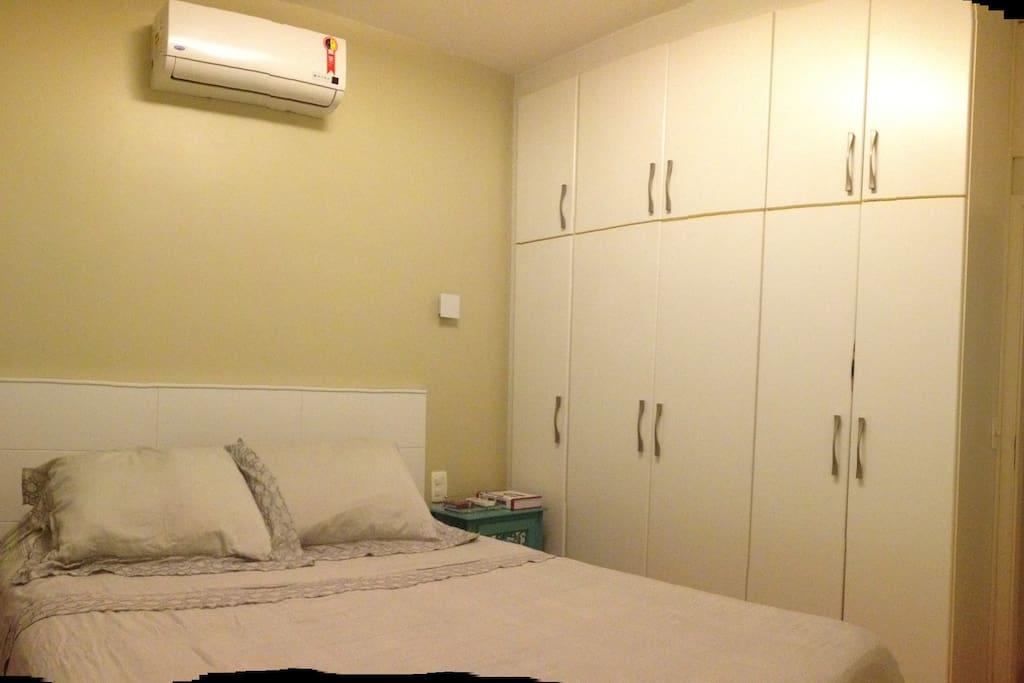 Com armários e ar condicionado