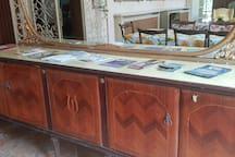 Depliant per gli ospiti su Lucca e dintorni, nonché su escursioni varie poggiati su un mobile della sala da pranzo.