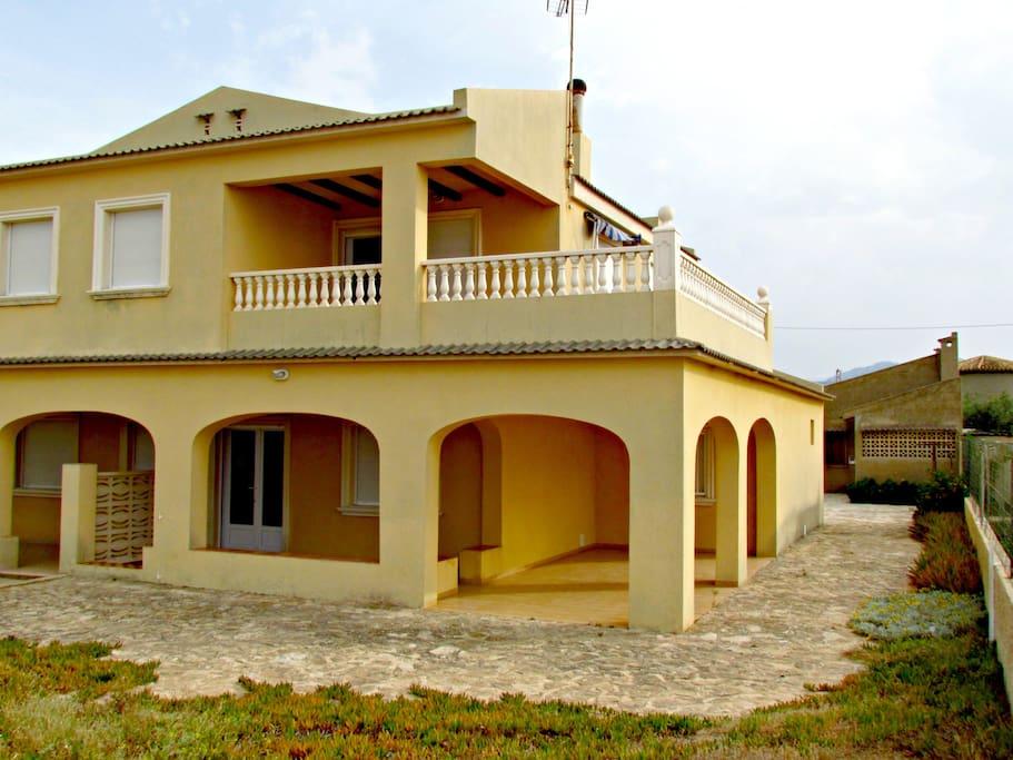 Vista de la casa desde la arena de la playa.