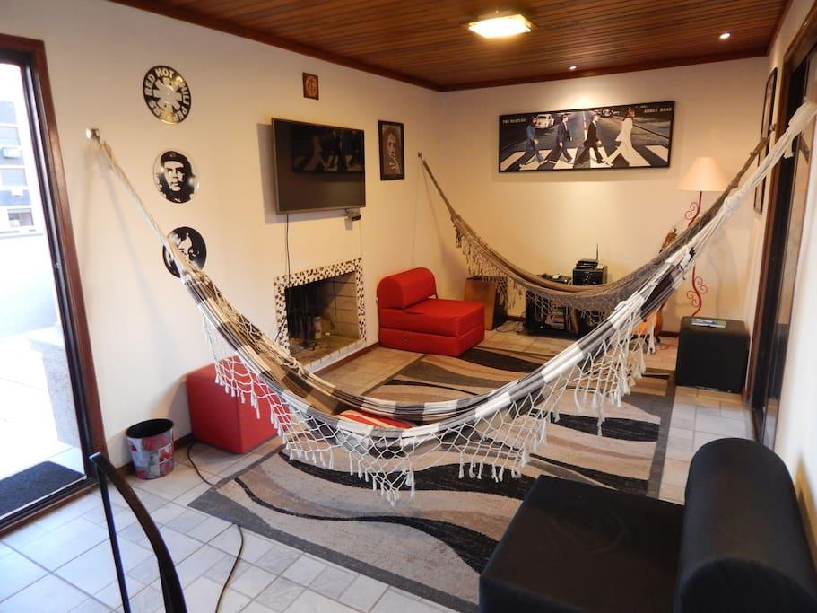 Sala superior com dois sofás camas de solteiro