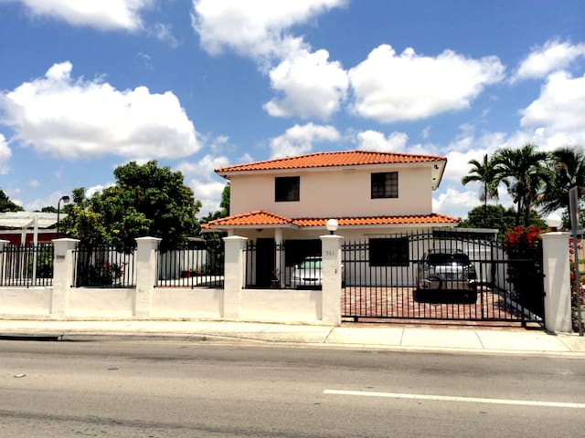 MIAMI. ENTIRE PRIVATE HOME - TOP LEVEL