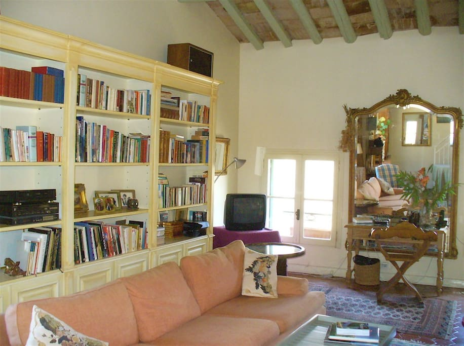 Another part of the livingroom. The books are mostly in English, the music rather mixed.