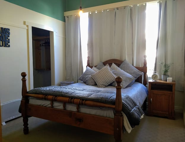 Queen Bed with Walk in Robe. Great Location!