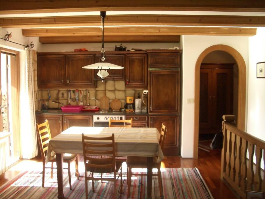 Essbereich und Küchenzeile / Dining area and kitchen