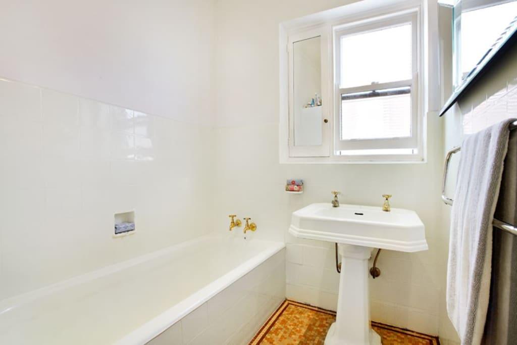 Shower, seperate bath & seperate loo