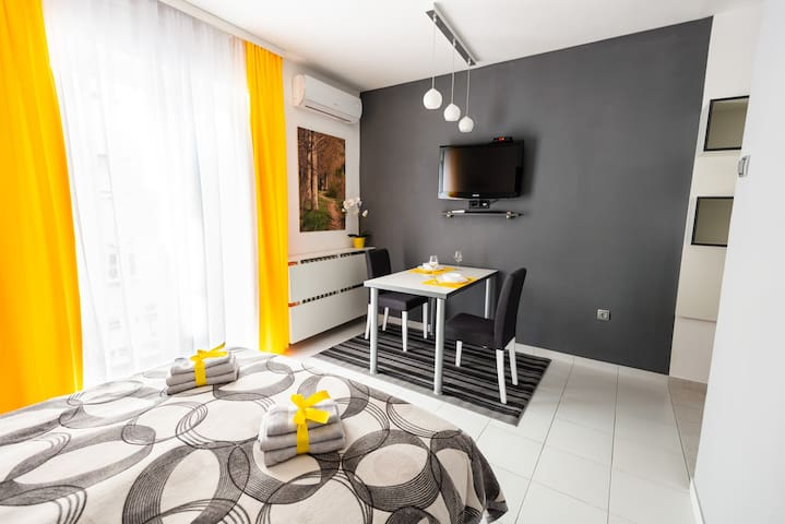 BLACK & YELLOW Centrally located studio