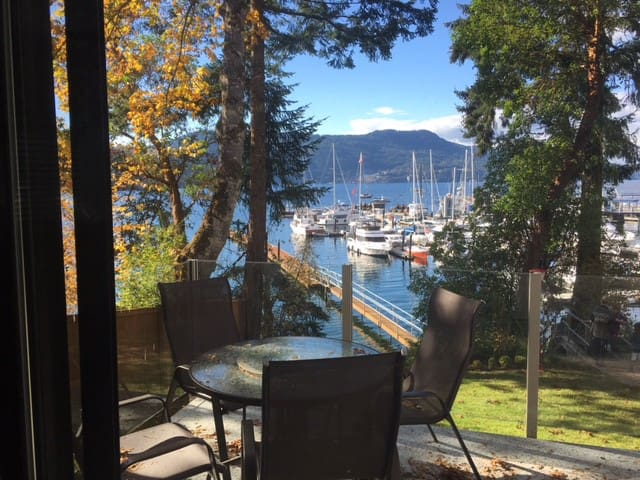 Waterfront 2 Bedroom Suite with Beach Access - Brentwood Bay
