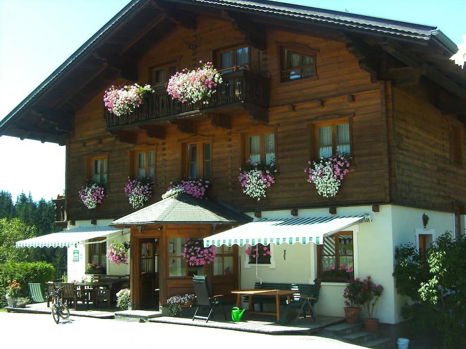 Bauernhaus mit Terrassen vor dem Haus