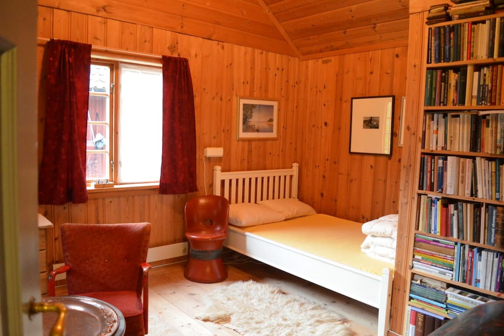 Spacious room with queen sized bed and optionally child bed or extra mattress.