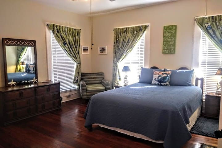 2 br Apt in Colonial Home Near Downtown & Islands!