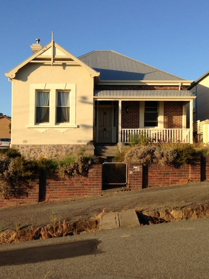 Deakin House: Hill Views over town