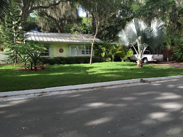 Ranch style, Car port,large backyrd - Rockledge