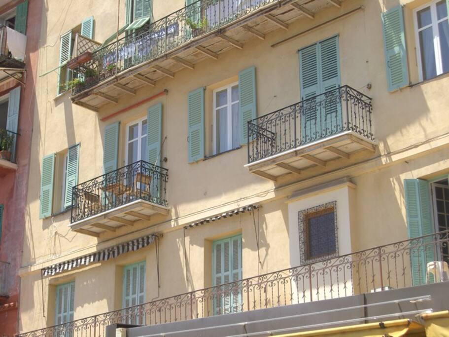 5 Windows, two balconies overlooking port
