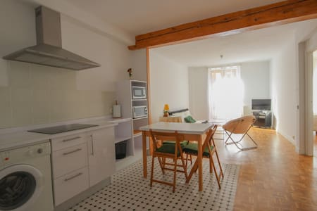 Renoved aparment in the heart of Pamplona with fantastic views over the encierro (running of the bulls), and close to all the main atractions in the city.