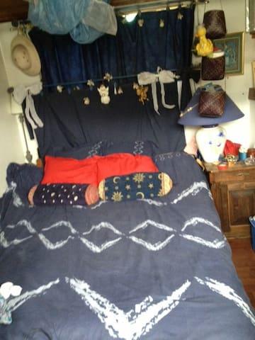 Dans un bateau, petite chambre cosy  avec Gd lit