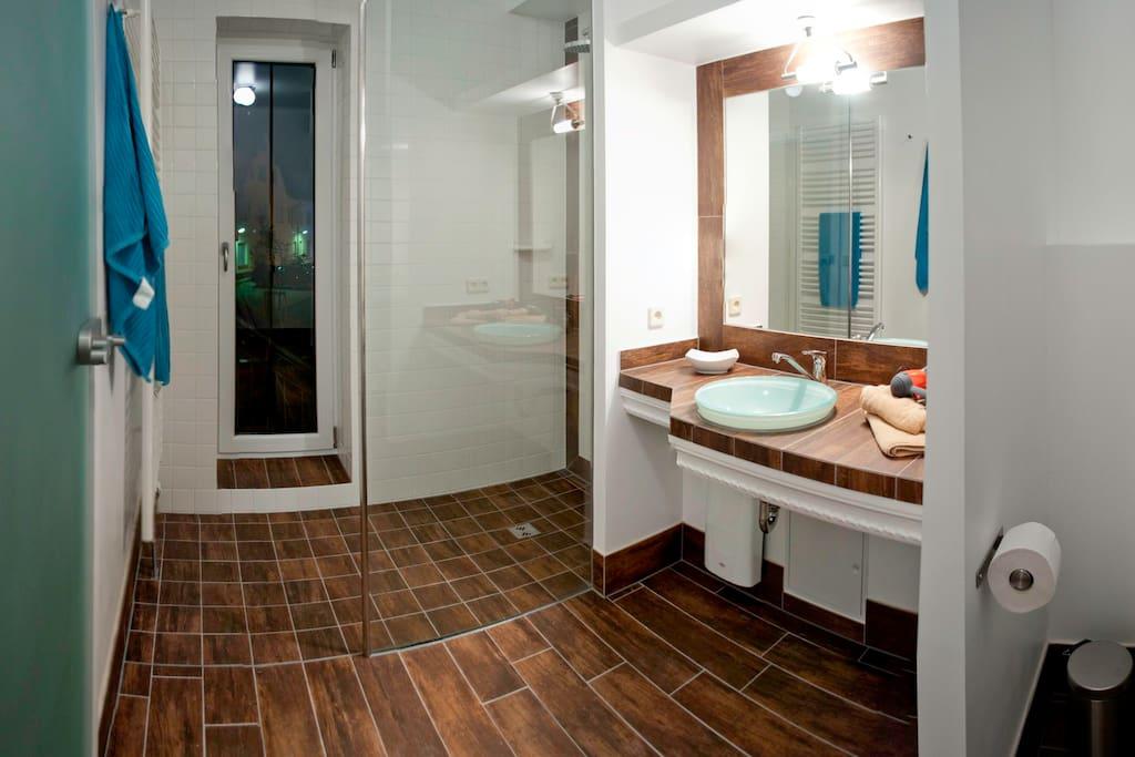 Bad mit ebenerdiger Dusch und Toilette