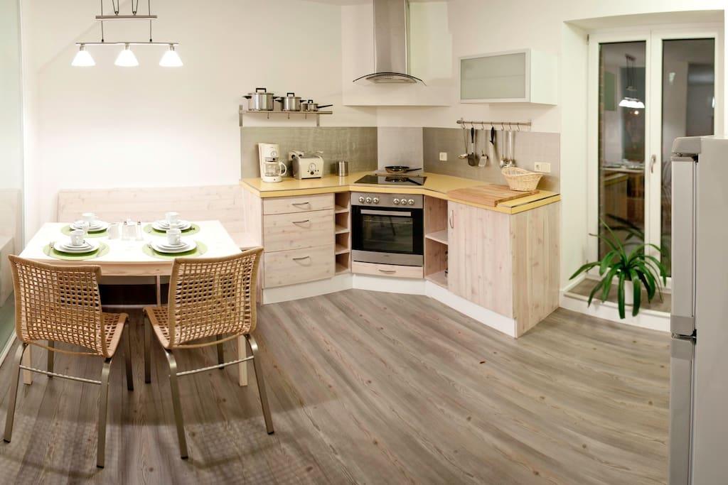 Küche mit Geschirrspüler, Herd, Kühlschrank