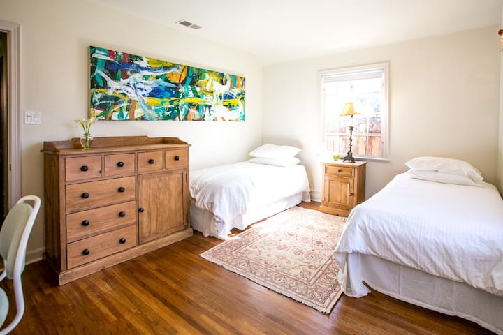 1 bdrm w/ 2 single beds & private bath, Grove adj
