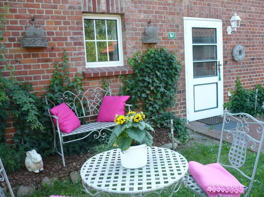 Sitzplatz im Garten und Eingangstür